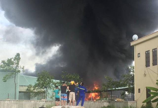 Cháy lớn công ty nhựa thông ở Quảng Ninh làm thiệt hại khoảng 12 tỷ đồng - Ảnh 1.
