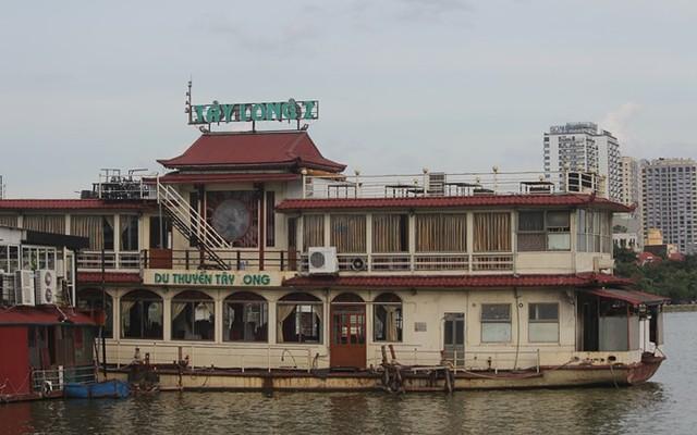 """Cận cảnh """"nghĩa địa"""" du thuyền, nhà hàng nổi trên Hồ Tây - Ảnh 2."""