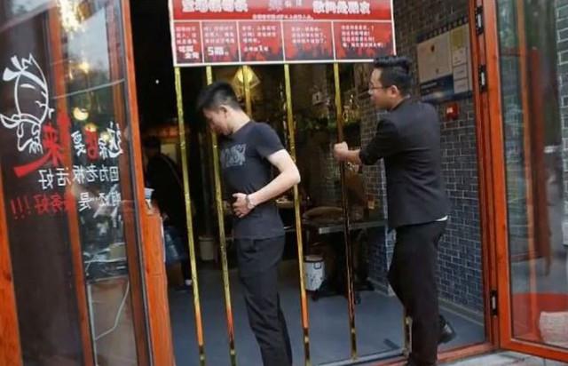 Nhà hàng độc ở Trung Quốc chỉ cần đủ mi nhon chui lọt khe cửa sẽ được miễn phí hoàn toàn - Ảnh 2.