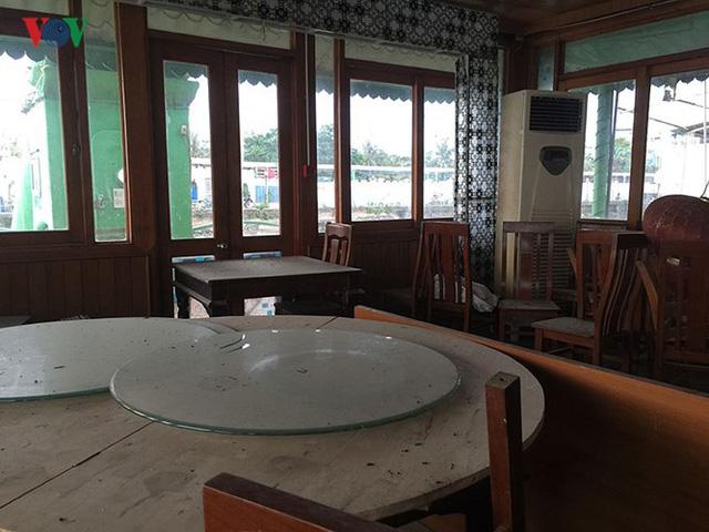 """Cận cảnh """"nghĩa địa"""" du thuyền, nhà hàng nổi trên Hồ Tây - Ảnh 12."""