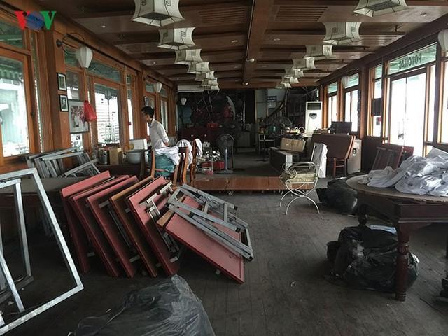 """Cận cảnh """"nghĩa địa"""" du thuyền, nhà hàng nổi trên Hồ Tây - Ảnh 9."""