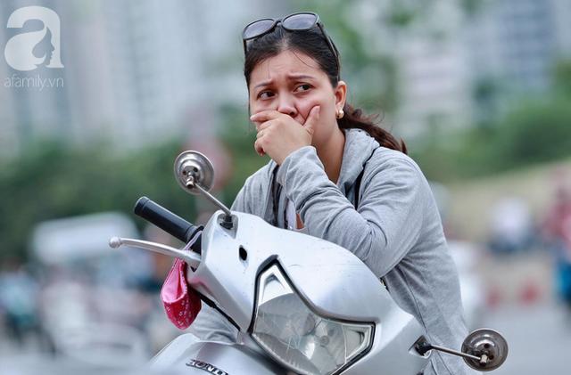Chùm ảnh: Những ánh mắt lo lắng của cha mẹ ngoài cổng trường thi kỳ thi THPT Quốc gia 2018  - Ảnh 1.