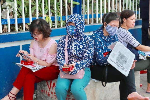 Chùm ảnh: Những ánh mắt lo lắng của cha mẹ ngoài cổng trường thi kỳ thi THPT Quốc gia 2018  - Ảnh 2.