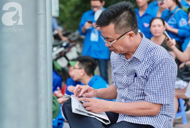 Chùm ảnh: Những ánh mắt lo lắng của cha mẹ ngoài cổng trường thi kỳ thi THPT Quốc gia 2018  - Ảnh 4.