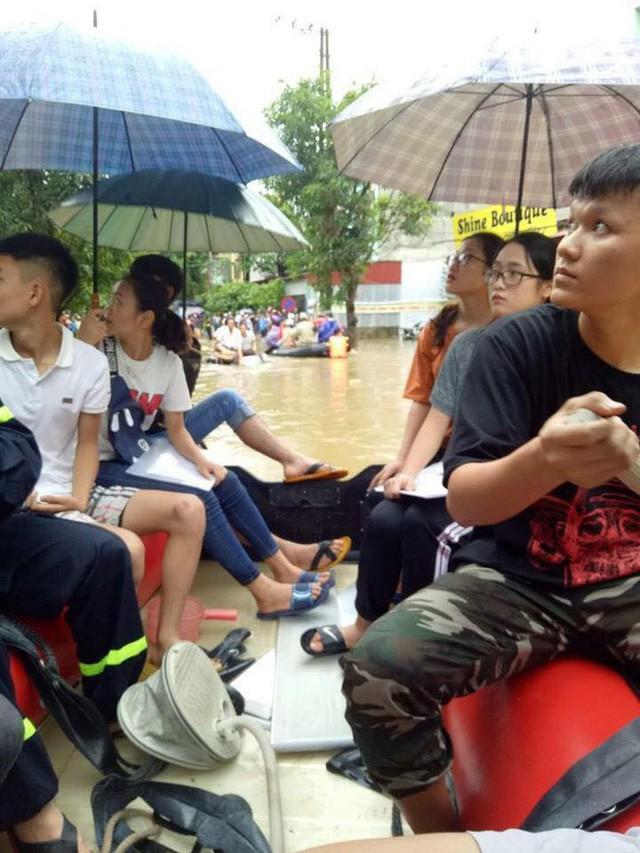 Chùm ảnh: Các sĩ tử vùng cao vượt mưa lũ đi thi THPT Quốc Gia 2018 - Ảnh 4.