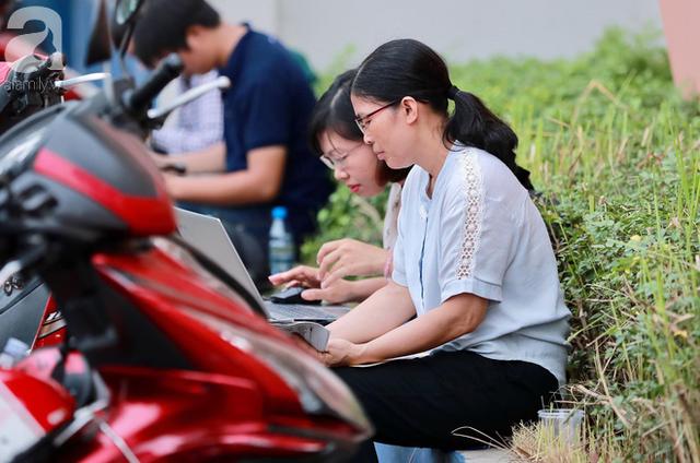 Chùm ảnh: Những ánh mắt lo lắng của cha mẹ ngoài cổng trường thi kỳ thi THPT Quốc gia 2018  - Ảnh 5.