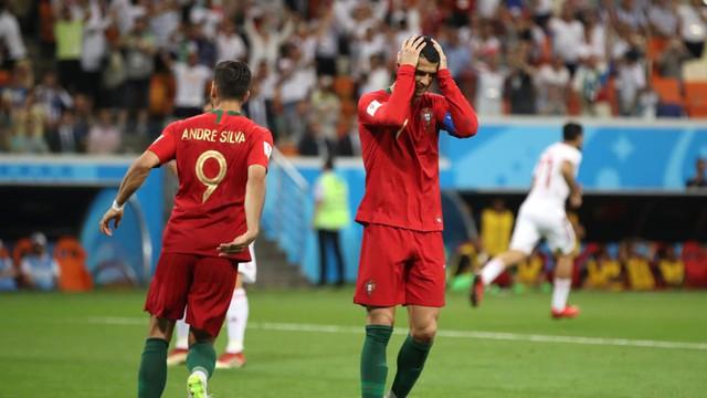 Ngày tồi tệ của Ronaldo: Hỏng penalty, đánh nguội đến suýt nhận thẻ đỏ - Ảnh 1.