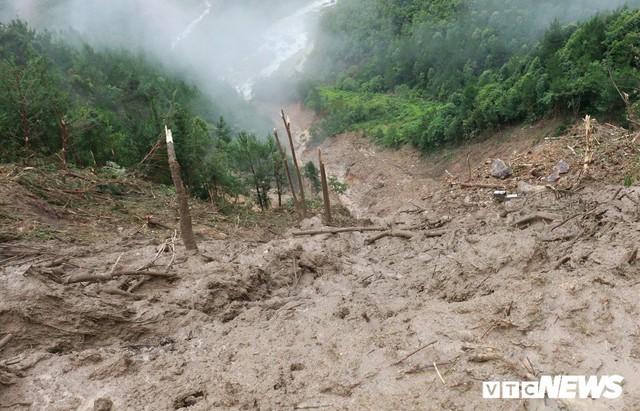 Ảnh: Sạt lở khủng khiếp ở Lai Châu, người dân dầm mưa chờ được về nhà - Ảnh 1.