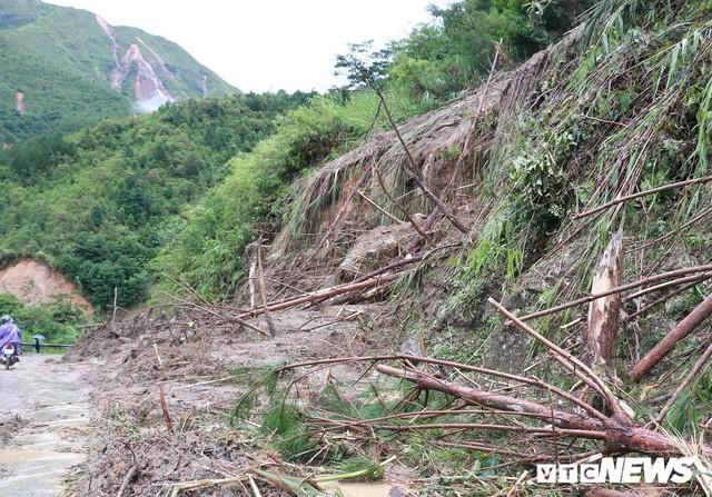 Ảnh: Sạt lở khủng khiếp ở Lai Châu, người dân dầm mưa chờ được về nhà - Ảnh 2.
