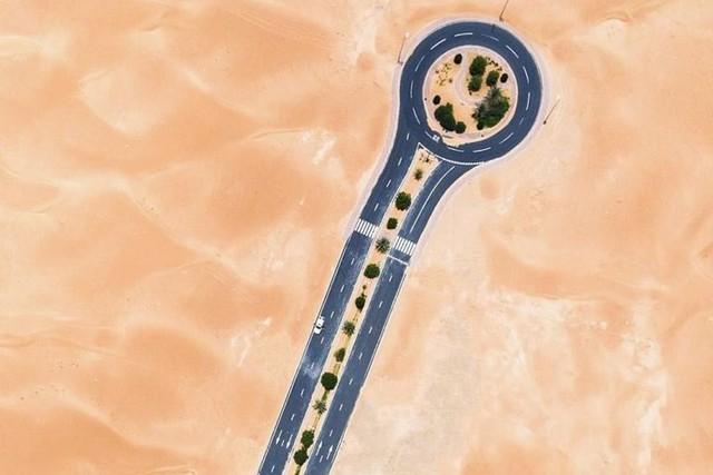 Ngỡ ngàng trước cảnh các con đường UAE ngập chìm trong cát sa mạc - Ảnh 2.