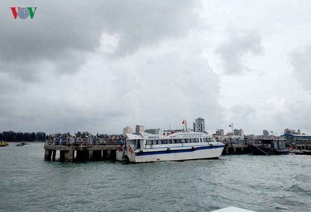 5.000 khách kẹt trên đảo Cô Tô đang di chuyển về đất liền - Ảnh 2.