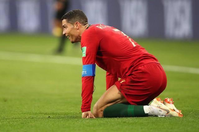 Ngày tồi tệ của Ronaldo: Hỏng penalty, đánh nguội đến suýt nhận thẻ đỏ - Ảnh 11.