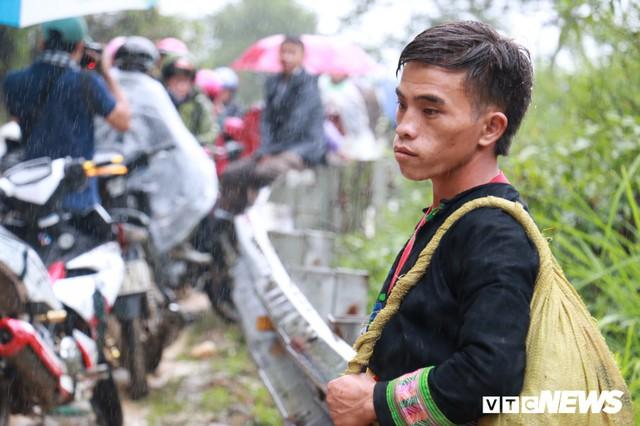 Ảnh: Sạt lở khủng khiếp ở Lai Châu, người dân dầm mưa chờ được về nhà - Ảnh 12.