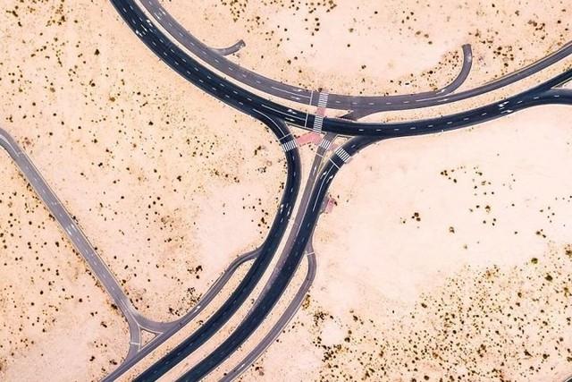 Ngỡ ngàng trước cảnh các con đường UAE ngập chìm trong cát sa mạc - Ảnh 12.