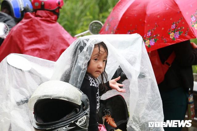 Ảnh: Sạt lở khủng khiếp ở Lai Châu, người dân dầm mưa chờ được về nhà - Ảnh 13.