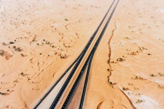 Ngỡ ngàng trước cảnh các con đường UAE ngập chìm trong cát sa mạc - Ảnh 14.