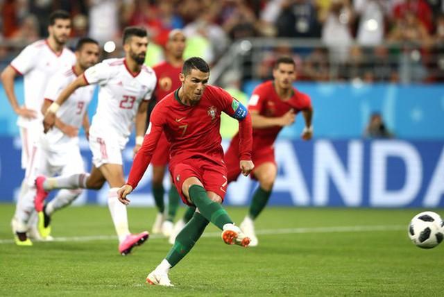 Ngày tồi tệ của Ronaldo: Hỏng penalty, đánh nguội đến suýt nhận thẻ đỏ - Ảnh 3.