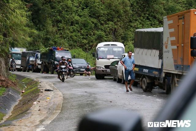 Ảnh: Sạt lở khủng khiếp ở Lai Châu, người dân dầm mưa chờ được về nhà - Ảnh 3.