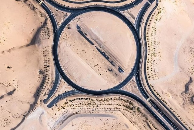 Ngỡ ngàng trước cảnh các con đường UAE ngập chìm trong cát sa mạc - Ảnh 3.