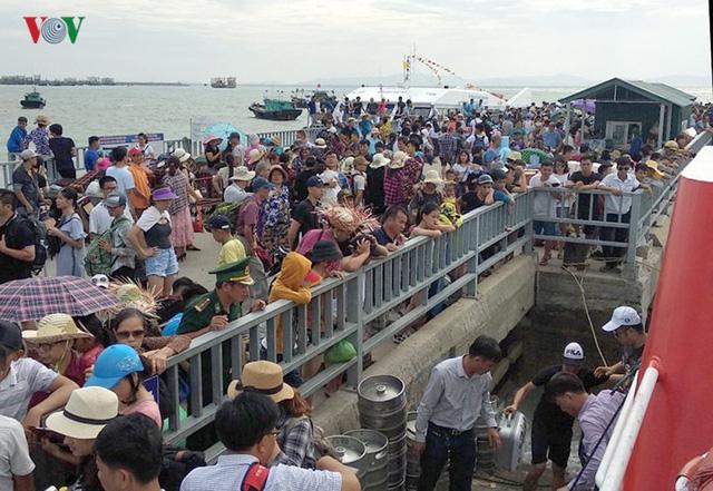5.000 khách kẹt trên đảo Cô Tô đang di chuyển về đất liền - Ảnh 3.