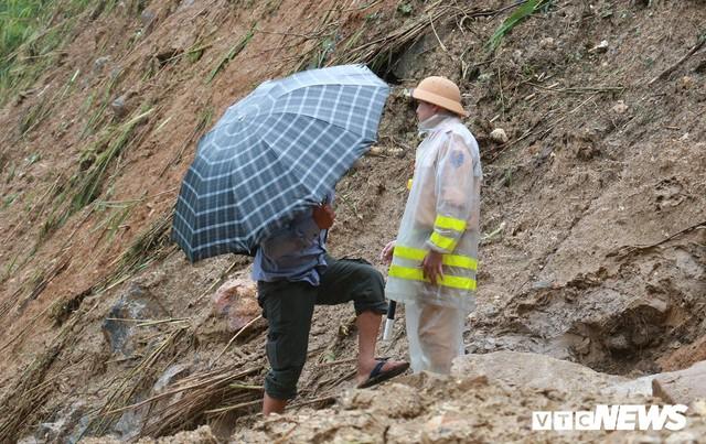 Ảnh: Sạt lở khủng khiếp ở Lai Châu, người dân dầm mưa chờ được về nhà - Ảnh 4.