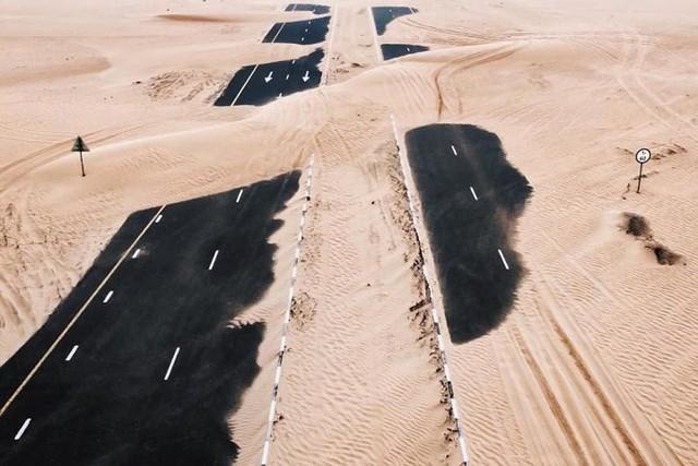 Ngỡ ngàng trước cảnh các con đường UAE ngập chìm trong cát sa mạc - Ảnh 4.