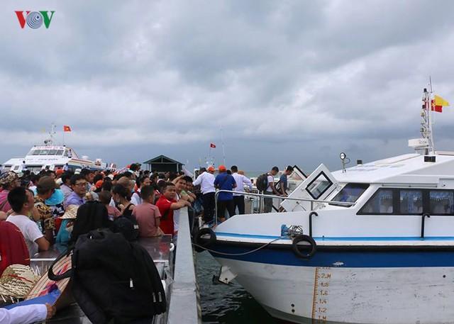 5.000 khách kẹt trên đảo Cô Tô đang di chuyển về đất liền - Ảnh 4.
