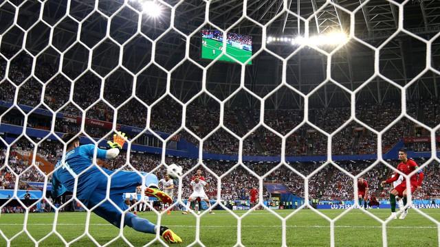 Ngày tồi tệ của Ronaldo: Hỏng penalty, đánh nguội đến suýt nhận thẻ đỏ - Ảnh 5.