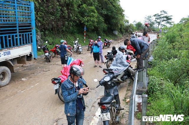 Ảnh: Sạt lở khủng khiếp ở Lai Châu, người dân dầm mưa chờ được về nhà - Ảnh 5.