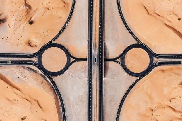 Ngỡ ngàng trước cảnh các con đường UAE ngập chìm trong cát sa mạc - Ảnh 5.