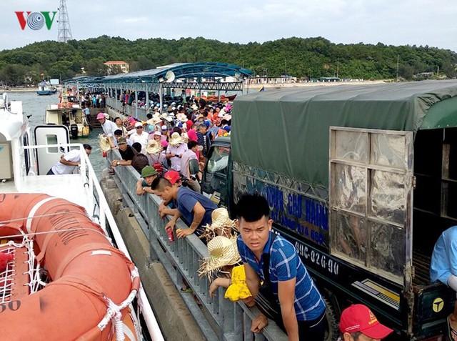 5.000 khách kẹt trên đảo Cô Tô đang di chuyển về đất liền - Ảnh 5.