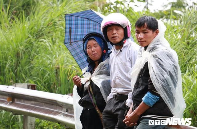 Ảnh: Sạt lở khủng khiếp ở Lai Châu, người dân dầm mưa chờ được về nhà - Ảnh 6.