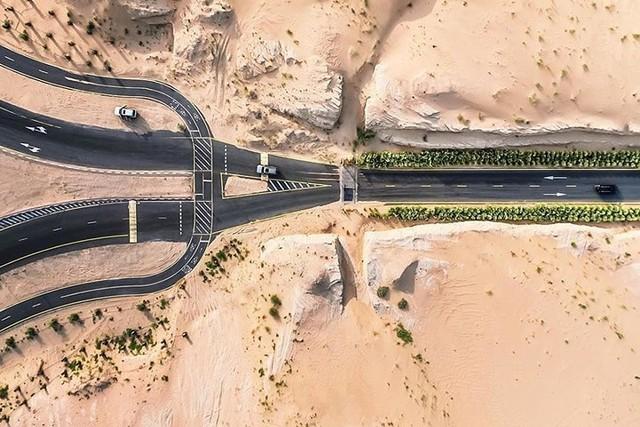 Ngỡ ngàng trước cảnh các con đường UAE ngập chìm trong cát sa mạc - Ảnh 6.