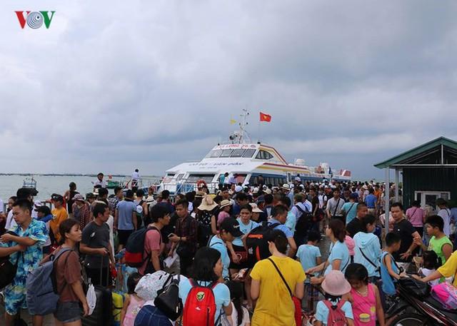 5.000 khách kẹt trên đảo Cô Tô đang di chuyển về đất liền - Ảnh 6.