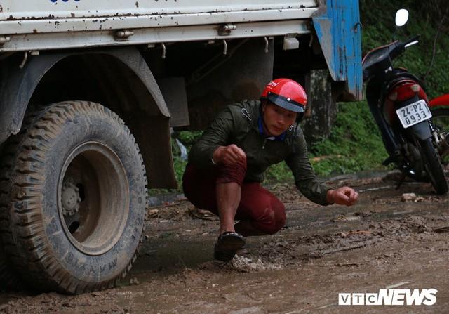 Ảnh: Sạt lở khủng khiếp ở Lai Châu, người dân dầm mưa chờ được về nhà - Ảnh 7.