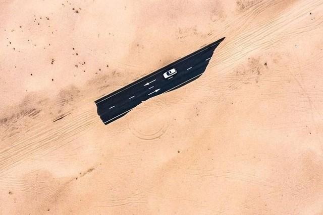 Ngỡ ngàng trước cảnh các con đường UAE ngập chìm trong cát sa mạc - Ảnh 7.