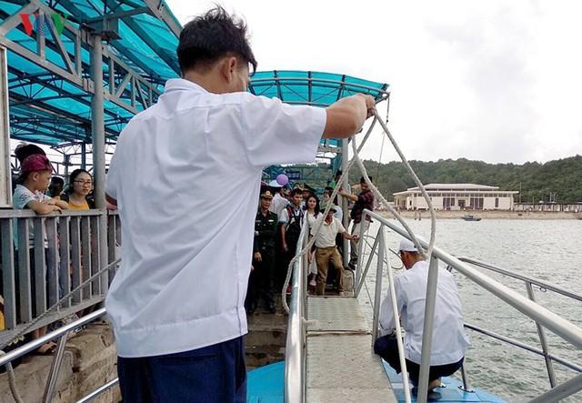 5.000 khách kẹt trên đảo Cô Tô đang di chuyển về đất liền - Ảnh 8.