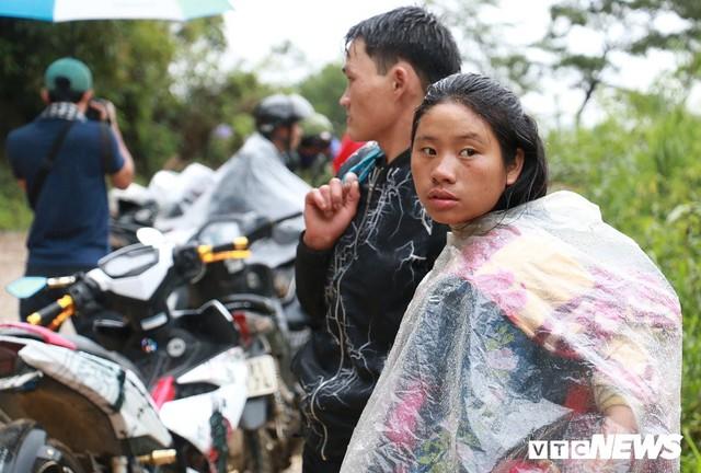 Ảnh: Sạt lở khủng khiếp ở Lai Châu, người dân dầm mưa chờ được về nhà - Ảnh 9.