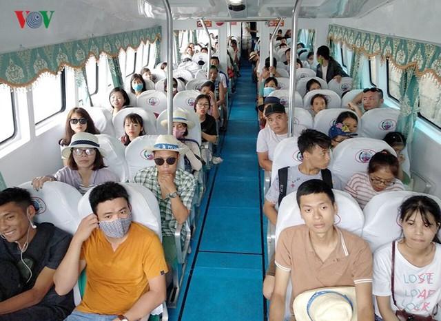 5.000 khách kẹt trên đảo Cô Tô đang di chuyển về đất liền - Ảnh 9.