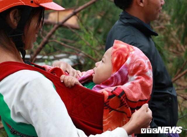 Ảnh: Sạt lở khủng khiếp ở Lai Châu, người dân dầm mưa chờ được về nhà - Ảnh 10.