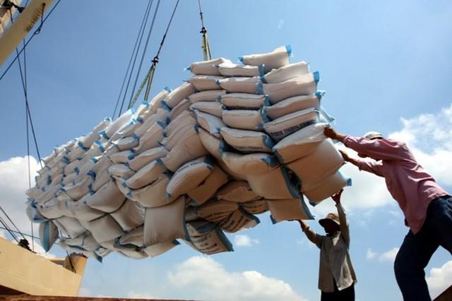 Xuất khẩu nông sản tăng mạnh, giá lúa gạo Việt Nam vượt Thái Lan, Ấn Độ - Ảnh 1.