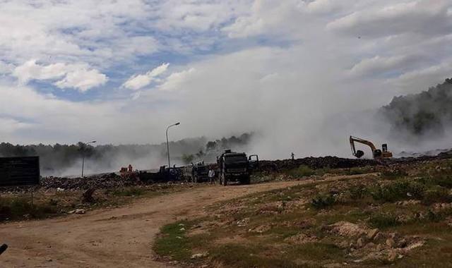 Cháy lớn 3 ngày ở bãi rác, hàng chục người ngộ độc khói - Ảnh 1.