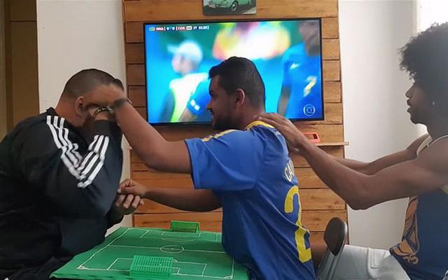 Cách anh chàng Brazil giúp người bạn vừa khiếm thính vừa khiếm thị xem World Cup khiến người ghét bóng đá cũng phải xúc động - Ảnh 3.