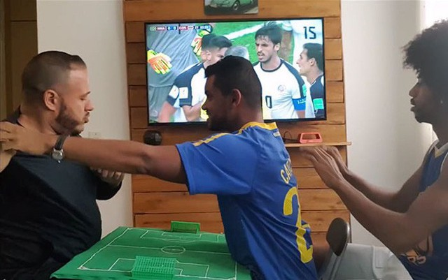Cách anh chàng Brazil giúp người bạn vừa khiếm thính vừa khiếm thị xem World Cup khiến người ghét bóng đá cũng phải xúc động - Ảnh 5.