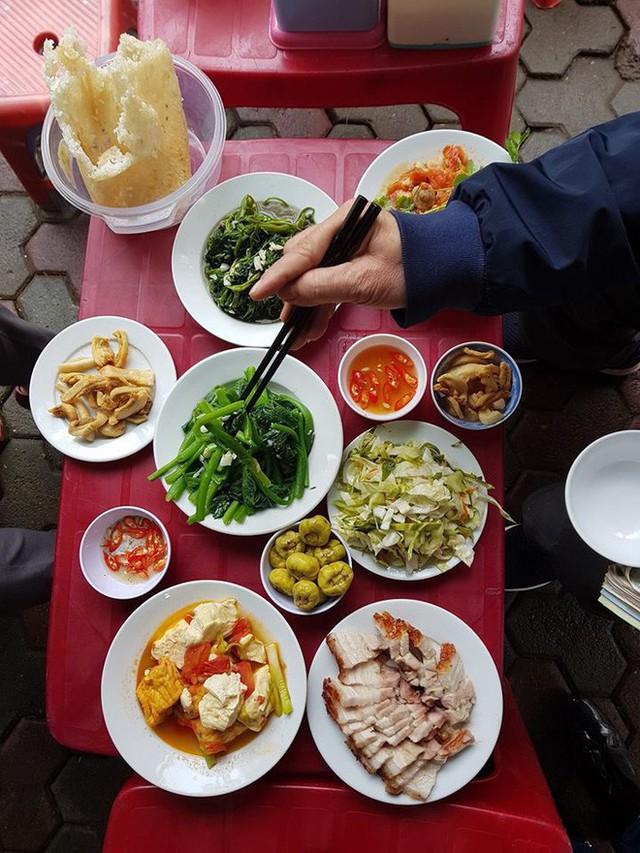 Quán cơm Vinh Thu 22 năm gắn bó với người Hà Nội đột ngột thông báo nghỉ bán hàng - Ảnh 4.
