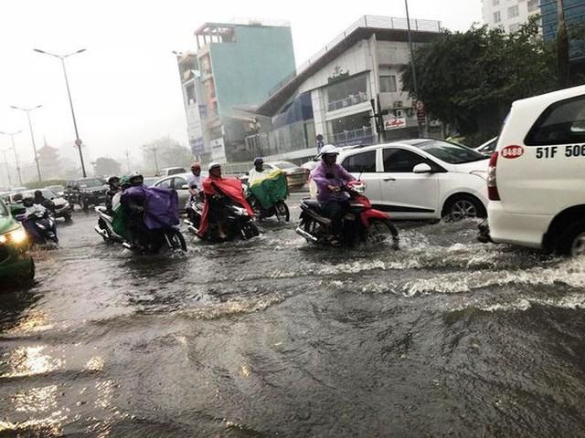 Giao thông cửa ngõ Tân Sơn Nhất tê liệt sau cơn mưa - Ảnh 1.