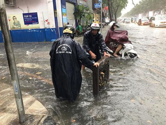 Giao thông cửa ngõ Tân Sơn Nhất tê liệt sau cơn mưa - Ảnh 2.
