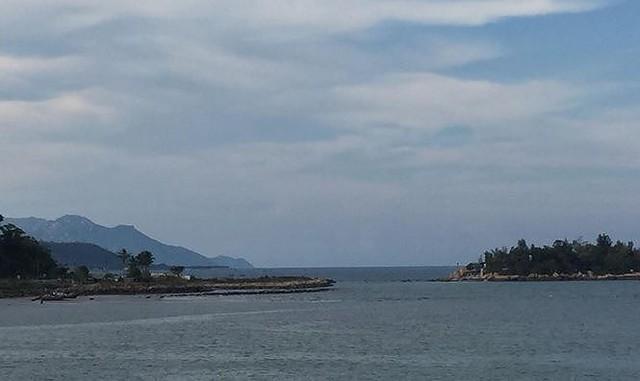 Dự án lấn vịnh Nha Trang trái phép ngập rác thải và thành bãi xe lậu  - Ảnh 1.