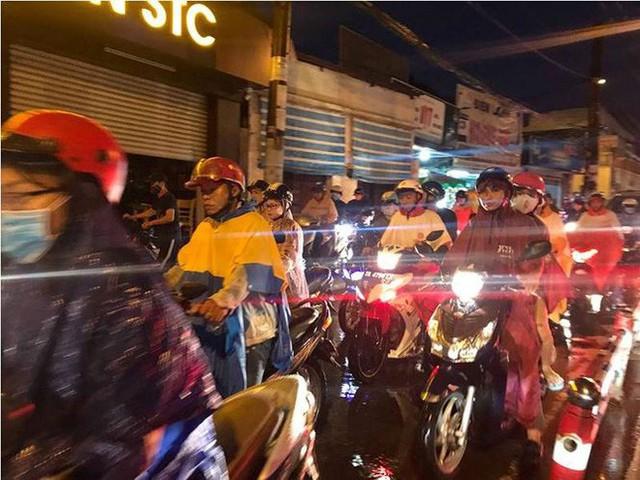 Giao thông cửa ngõ Tân Sơn Nhất tê liệt sau cơn mưa - Ảnh 11.