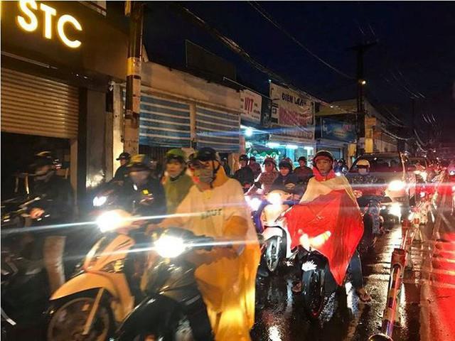 Giao thông cửa ngõ Tân Sơn Nhất tê liệt sau cơn mưa - Ảnh 12.